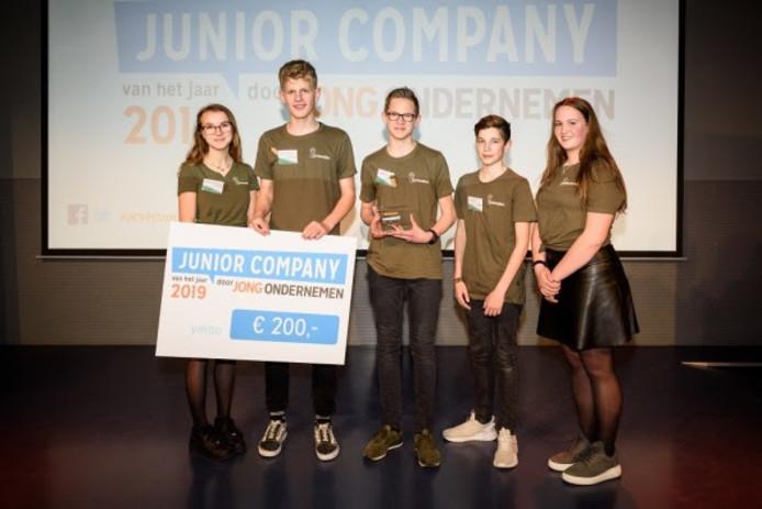 De leerlingen van het Calvijn College wonnen met hun bedrijf Corkoration een cheque van 200 euro. Vlnr: Monica de Pater, Jurjen van Keulen, Jelle Zuidweg, Ivar Krijger en Thirza van Damme.