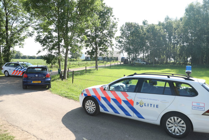 De politie is bezig met de inval in Brummen.