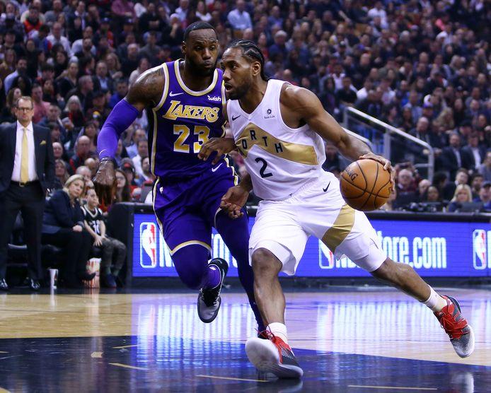 Kawhi Leonard, toen uitkomend voor Toronto Raptors, dribbelt langs LeBron James.