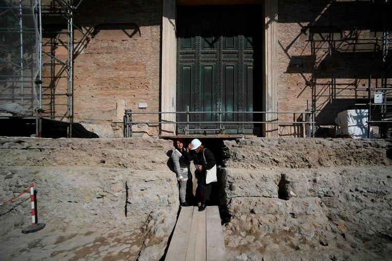 De toegang tot de ontdekte tombe. Beeld AFP