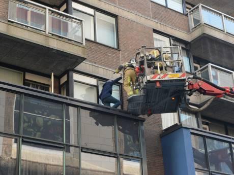 Bewoners met hoogwerker uit flat door brand bij Simonis