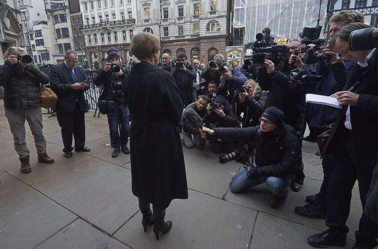 Marina Litvinenko geeft een verklaring voor de rechtbank in Londen. 'De woorden van mijn man zijn nu bewezen.' Beeld afp