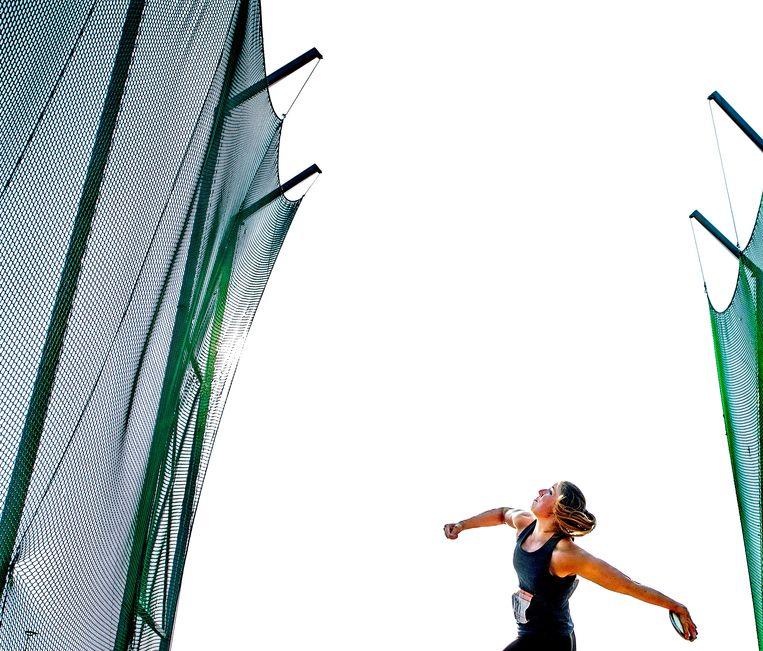 Nederlands kampioen Corinne Nugter tijdens een van haar worpen. Beeld Klaas Jan van der Weij / de Volkskrant