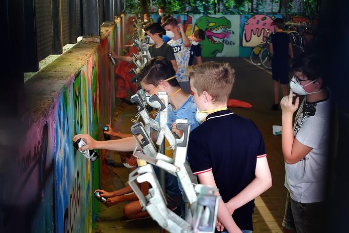 Graffity spuiten in de fietskelder aan de Zuidzijde Zoom in Bergen op Zoom tijdens CultuurRijk.