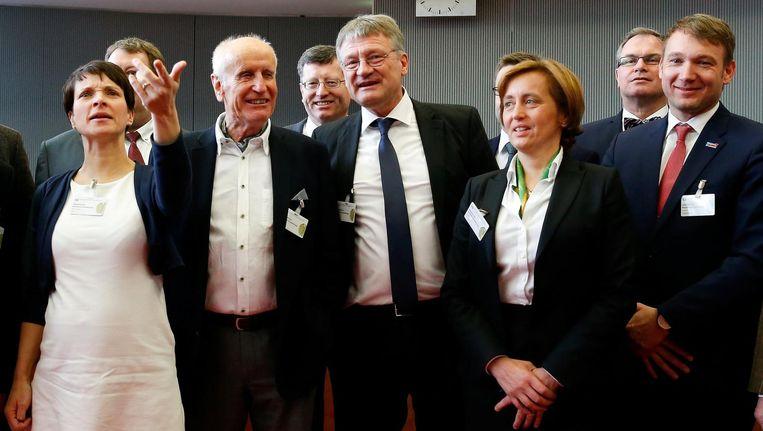 Petry (links) kondigde deze week haar vertrek als partijleider aan. Beeld null