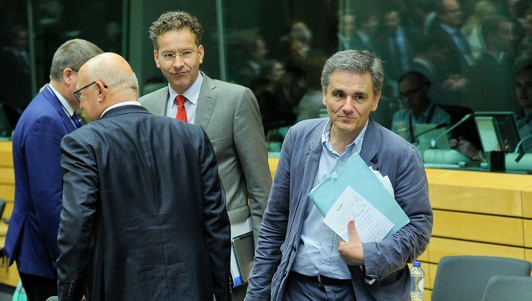 Eurogroepvoorzitter en minister van Financiën Jeroen Dijsselbloem en de net benoemde Griekse minister van Financiën Euklidis Tsakalotos (R). Beeld null