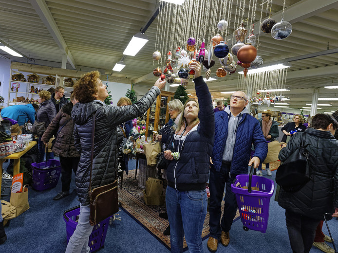 Bij Het Goed in Boxtel loopt het al storm op de kerstafdeling. Tweedehands versiering is hip.