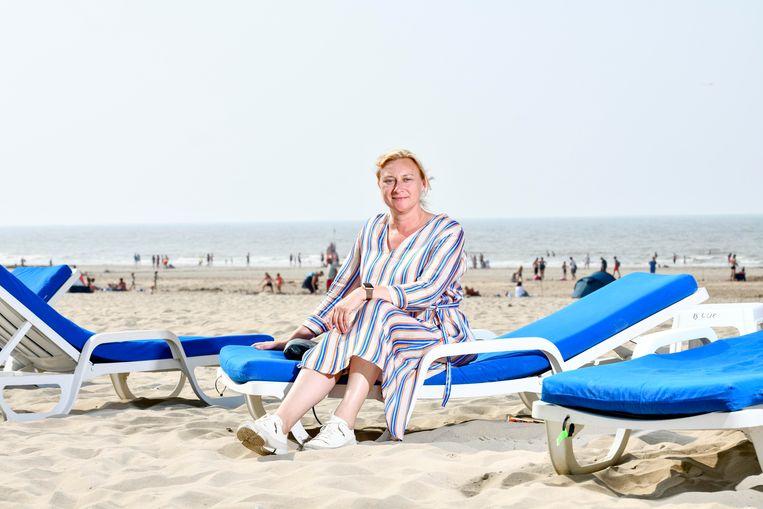 """De burgemeester op 'haar' strand. Veel rust heeft ze nog niet gehad, de laatste dagen. """"Dagen? Het zijn hectische máánden."""""""