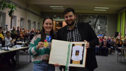"""'Gouden Evy Poppe' krijgt staande ovatie van tot de nok gevuld gemeentehuis: """"Ze zorgt voor een positief sneeuwbaleffect in onze gemeente"""""""