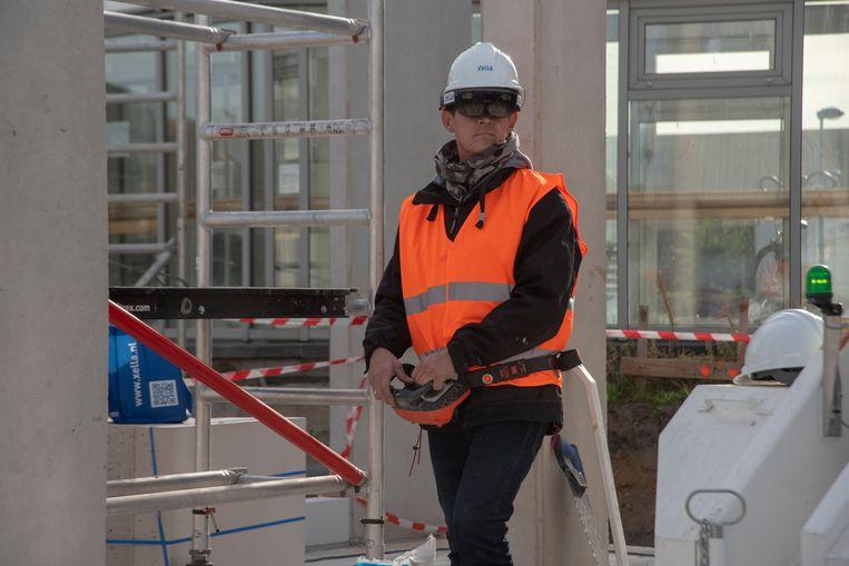 Michael Van Tendeloo demonstreert de digitalisering in de bouw aan de hand van een 3D bril en hydraulische kraan.