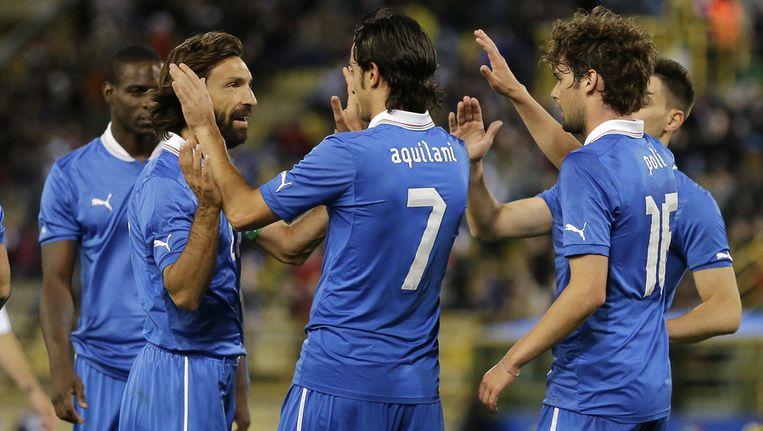 Italië viert de 4-0 van Aquilani. Beeld ap