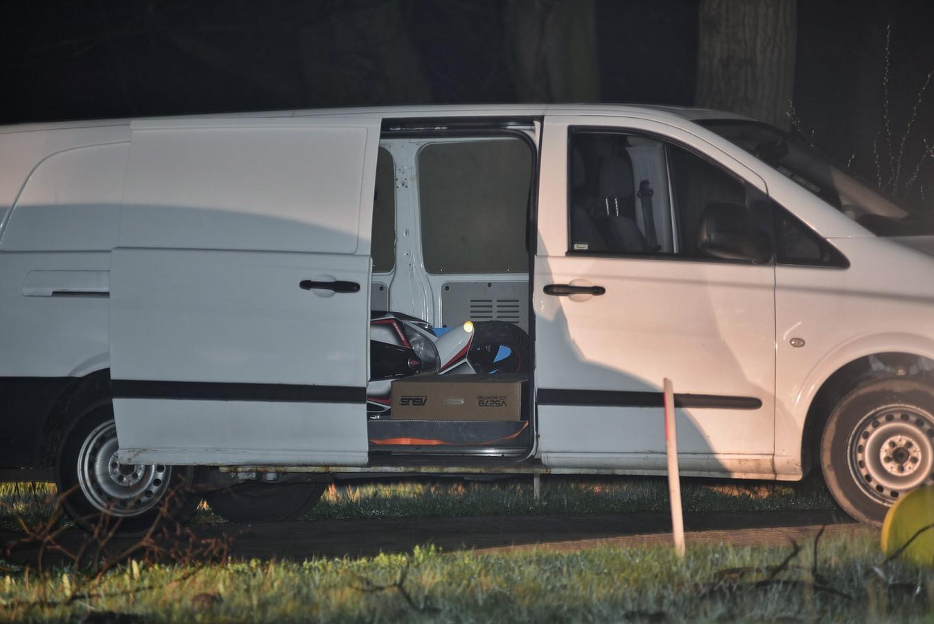 Het busje waarin de verdachten reden. Binnen lag onder andere een motorvoertuig.