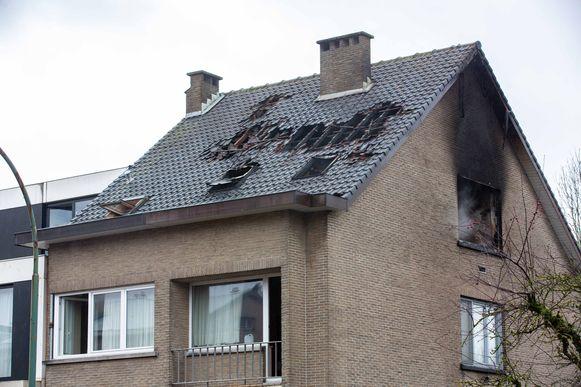 Het vuur woedde in een van de twee dakappartementen.