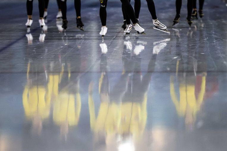 Reflectie op het ijs van Team Jumbo-Visma tijdens een training voorafgaande aan de teampresentatie in ijsstadion Thialf.  Beeld ANP