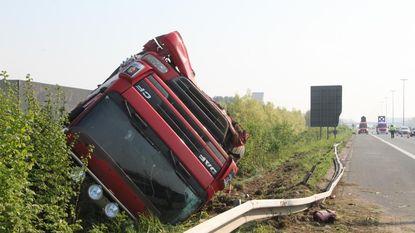 Vrachtwagen over de kop langs E17