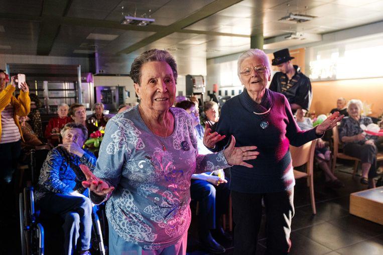 De senioren leven zich uit op het Tomorrowlandfeestje.
