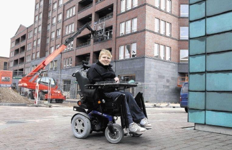 Jorrit Groen (20) laat zien waar zijn nieuwe, aangepaste woning komt, in Amersfoort. (Trouw) Beeld