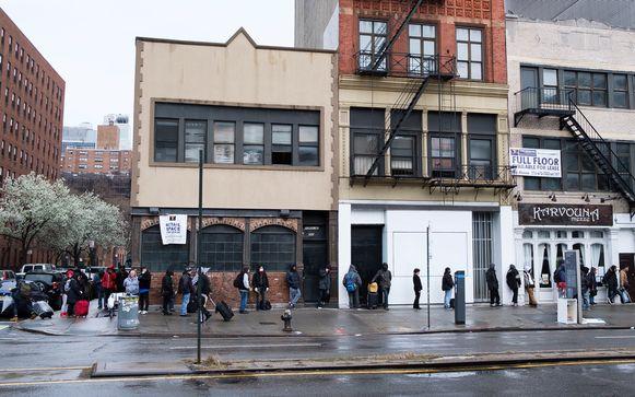 New Yorkers staan in de rij voor een gratis maaltijd.