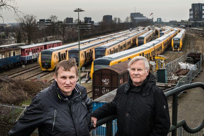 Treinspotter Marcel Wijers uit Bemmel met zijn vader Gerrit Wijers bij diverse Buffel-treinen. ,,Ik moest wel even wennen toen ik 'm voor het eerst zag.''