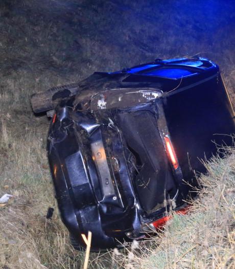 Auto belandt in sloot bij A67 Lierop