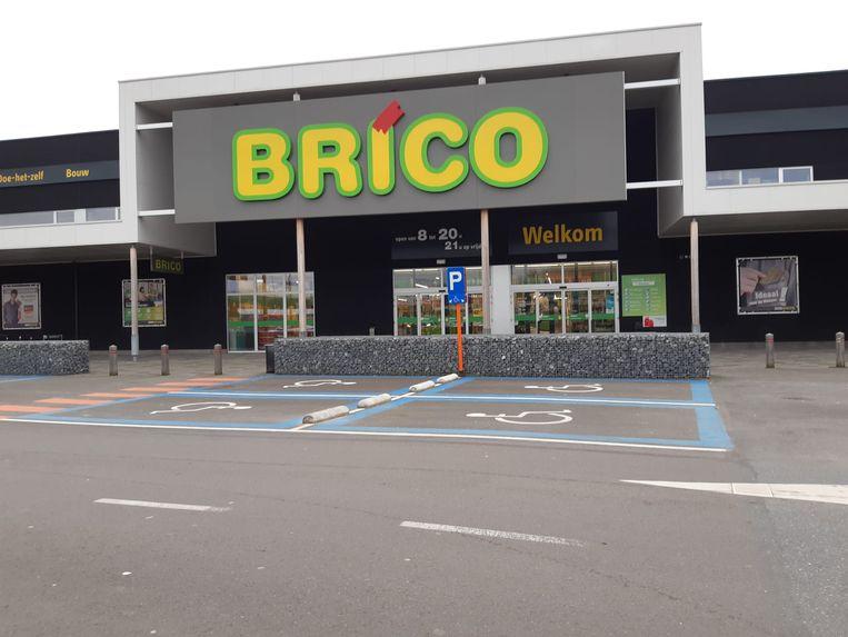 Twee kassiersters van de Brico in Zemst werden vrijdagavond verwond door een agressieve klant.