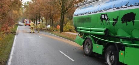 Vrachtwagen met diervoer raakt van de weg in Heeze en rijdt boom om