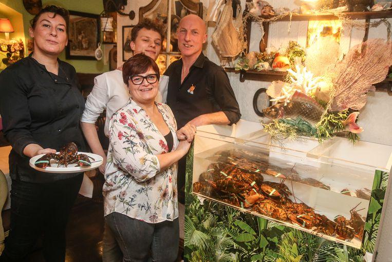 Freddy Bové (rechts) met chef Sofie (links), kelner Loic (midden) en Magda van het ontbijt en de afternoon tea (vooraan). Kreeft blijft hét paradepaardje, ook in Maison Elza.