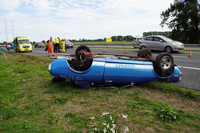 Een afgebroken achteras heeft het ongeluk vermoedelijk veroorzaakt.