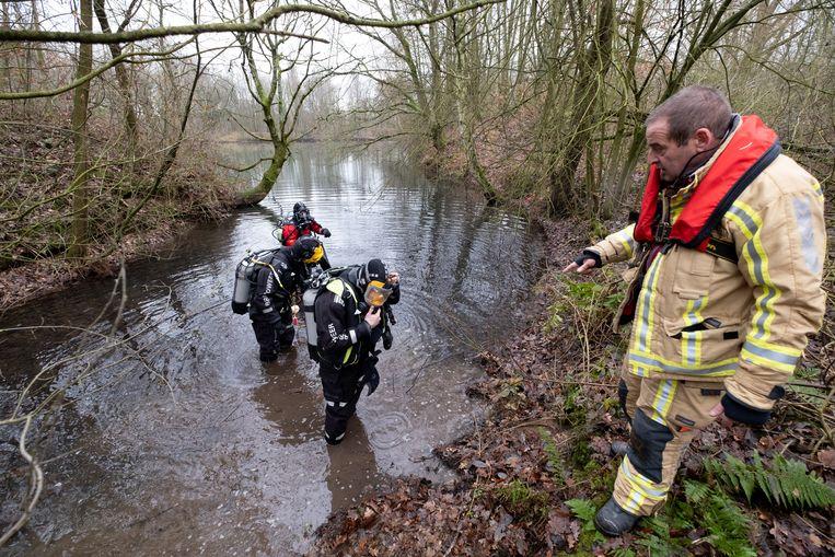 MECHELEN Duikers van de brandweer zoeken naar de vermiste John Krahé in de vijver nabij het spookhotel in het Vrijbroekpark