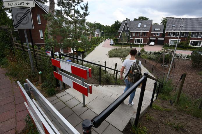 De gemeente Zeist gaat een hek van twee meter hoog plaatsen om te voorkomen dat patiënten van de kliniek in Den Dolder, waar ook de moordenaar van Anne Faber werd behandeld, door woonwijk Duivenhorst naar het centrum of het station kunnen lopen.