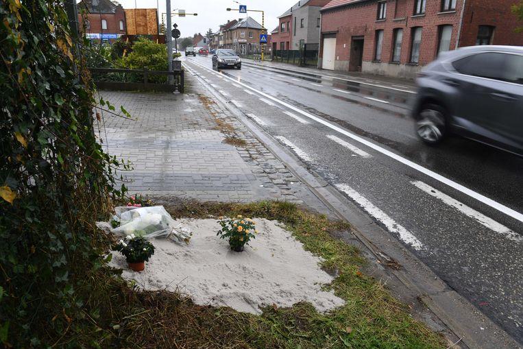 Op deze plek verongelukte Maarten Decat nog in september. Bloemen herdenken aan het spijtige ongeval.