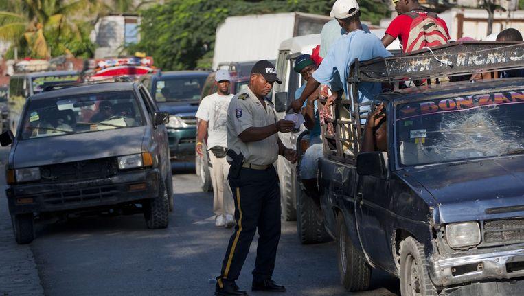 De politie controleert auto's, op zoek naar ontsnapte gevangenen.