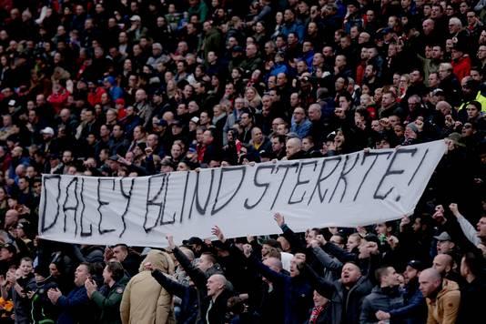 Ajax-supporters uiten hun steun aan Daley Blind.