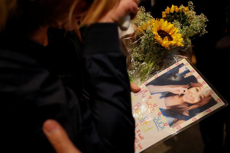 Een rouwende vriendin met een foto van Kristina Morisette (20).