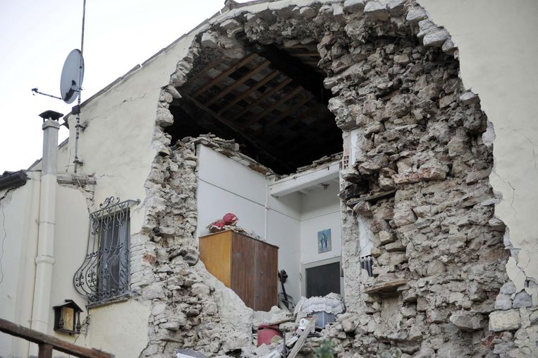 Een kapot huis in Pieve Torina. Beeld EPA