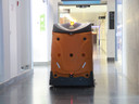 De robot poetst de gangen van het AZ Groeninge