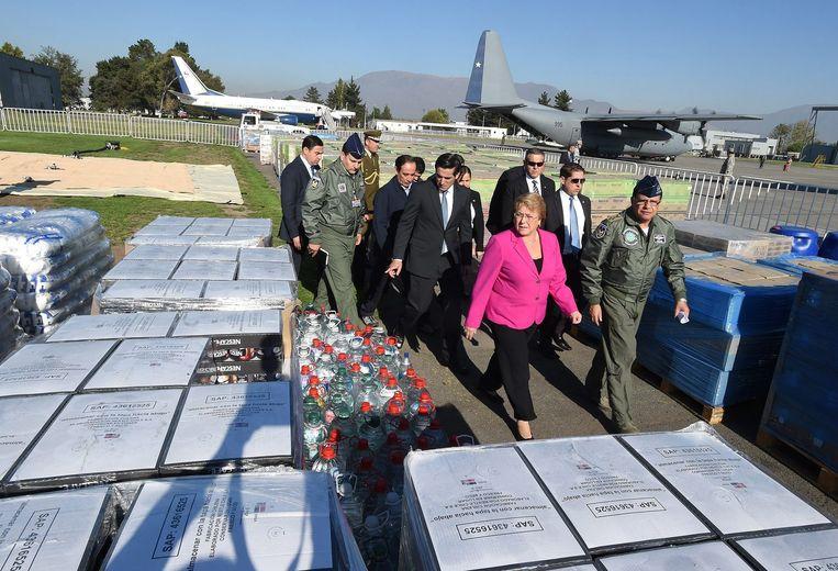 De Chileense president Michelle Bachelet inspecteert de voedselvoorziening in Santiago.