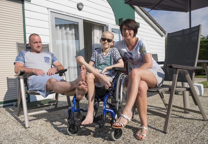 Maurice, Kyan en Marjan van Cappellen (vlnr) uit Capelle aan den IJssel genieten in een vakantiehuis van Thuredriht met volle teugen van een weekje zonder medisch gedoe.