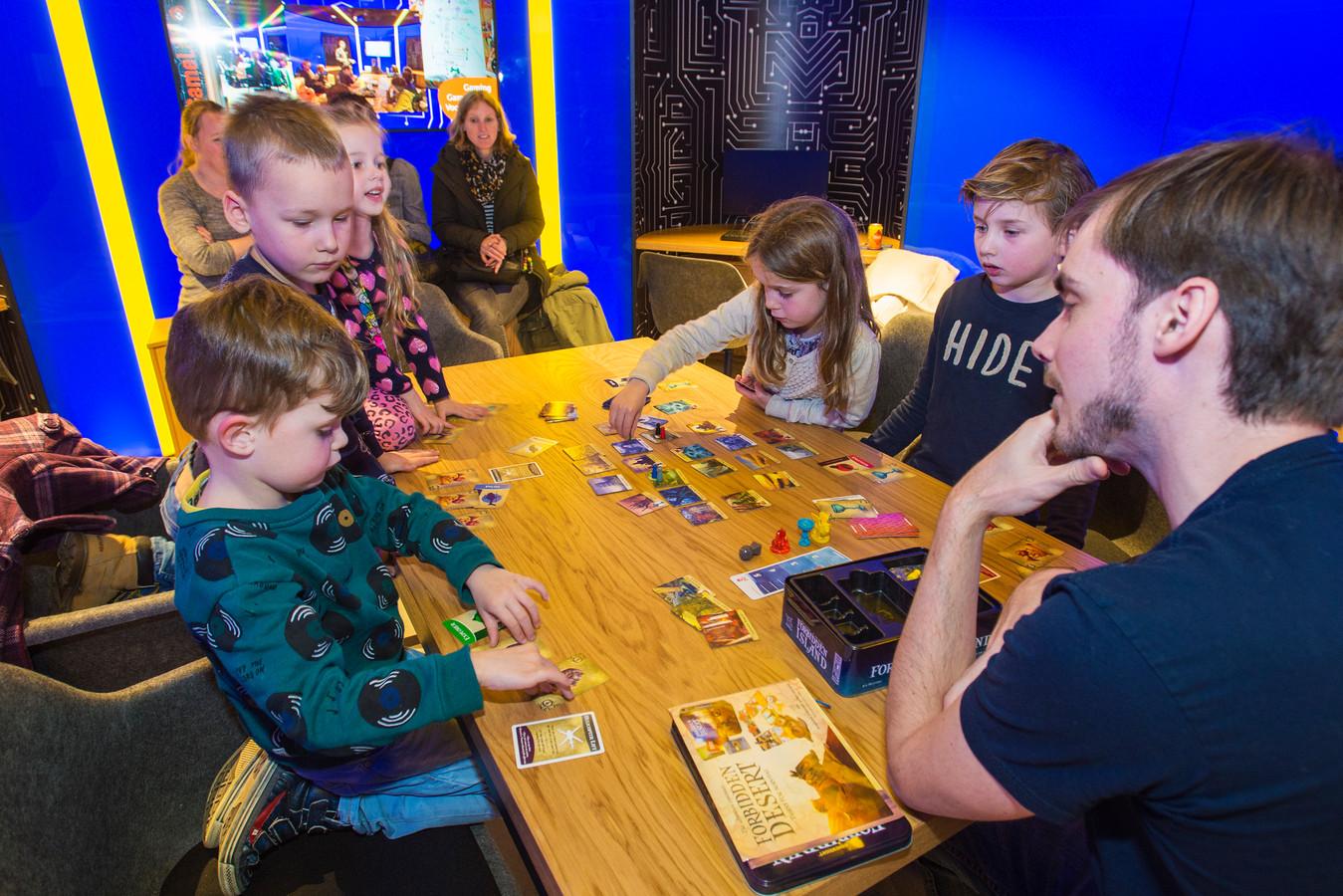 Robin Zwiers kijkt toe hoe vijf- en zesjarigen enthousiast Forbidden Island spelen in het GameLab van de LocHal in Tilburg.