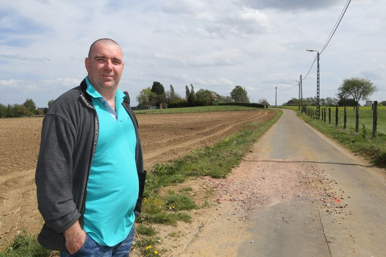 Bewoner Paul Peeters bij een punt waar de waterleiding vorige week sprong.
