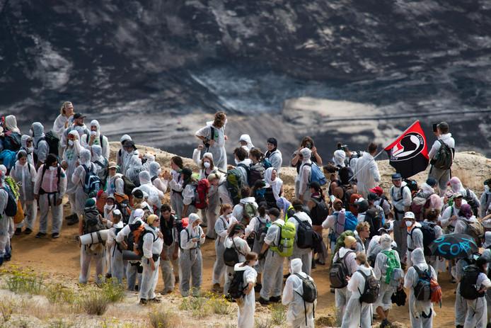 Klimaatactivisten gisteren bij de kolenmijn. Zo'n 250 mensen hebben zich verschanst in de mijn.