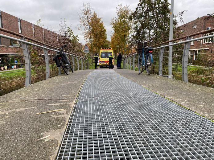 Een ambulance moest er aan te pas komen op het Simon Meeuwspad in Deventer. Een fietsster ging onderuit.