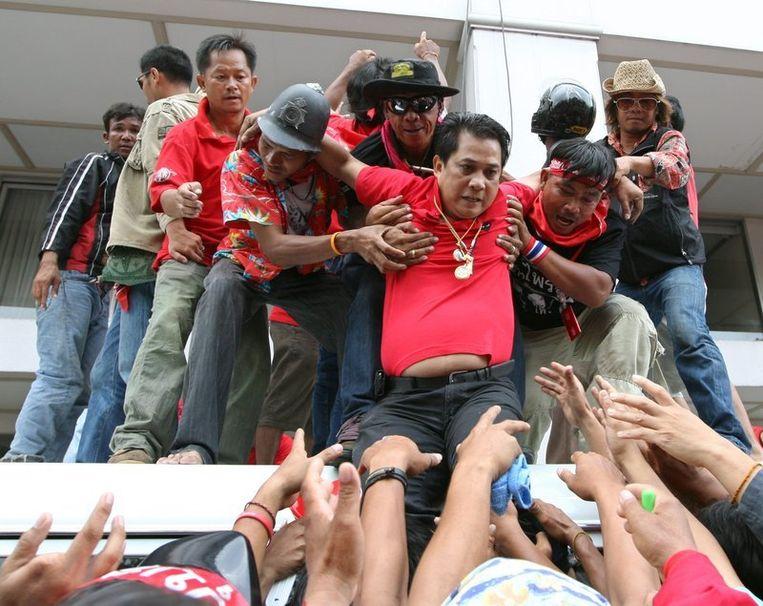Arisman Pongruengrong, één van de leiders van de 'roodhemden', wordt geholpen door medestanders om te ontsnappen.