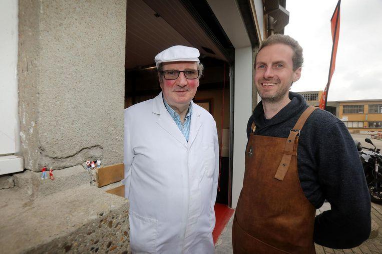 Vader Willy en zoon Karel Deschildre aan de ingang.
