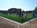 Kinderen van Jenaplanschool Antonius Abt spelen op het nieuwe kunstgrasveld.