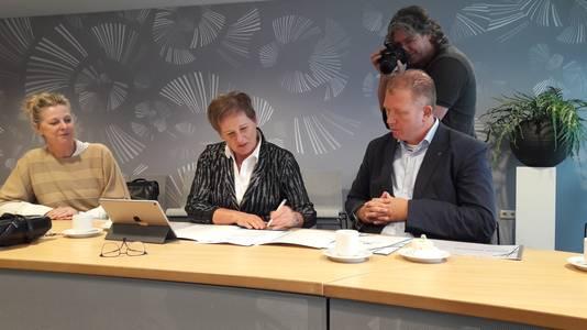 Wethouder Coby van der Pas en manager Mark Verhagen van aannemer Hazenberg plaatsten woensdag hun handtekeningen onder de overeenkomst tussen Meierijstad en Hazenberg. Links projectleider Barbara de Leeuw van Meierijstad.