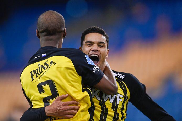 Danilo Doekhi viert de 1-0 met Eli Dasa.