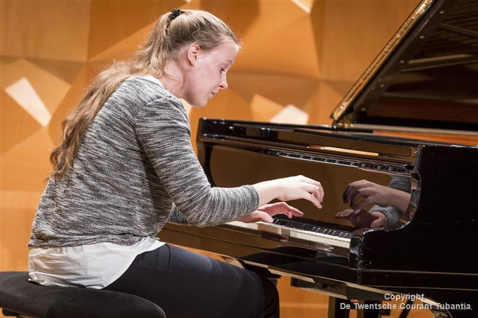 Alexandra Kaptein tijdens het internationale pianoconcours in Enschede
