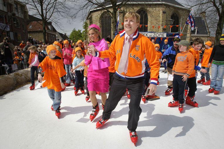 Koninginnedag 2008: Willem-Alexander en Máxima op de schaats in Franeker. Beeld ANP