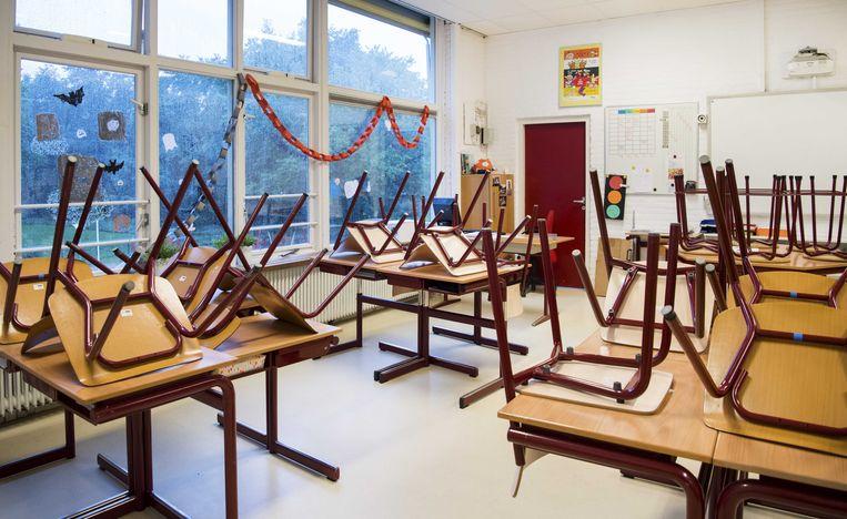 Een leeg klaslokaal. Scholen in Noord-Brabant zitten met lege klaslokalen omdat leraren op advies van het RIVM thuisblijven. Beeld ANP